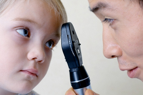 Причины, почему ребенок часто моргает глазами