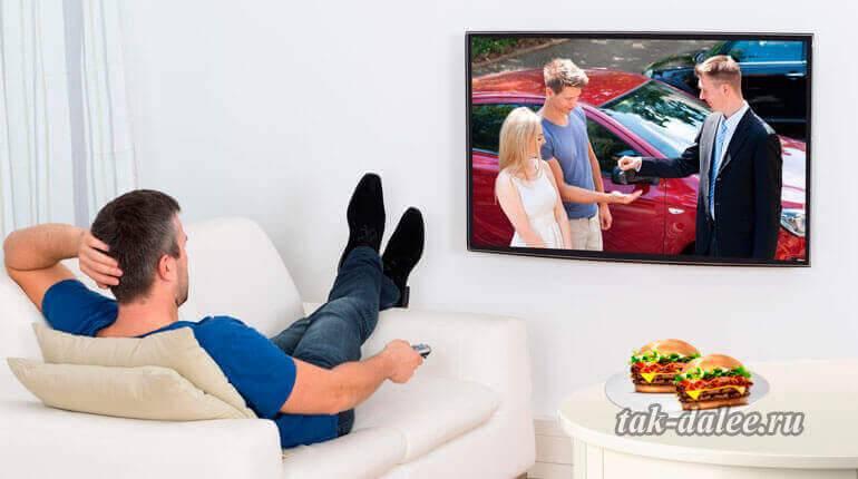 Как правильно смотреть телевизор: с включенным светом или в темноте