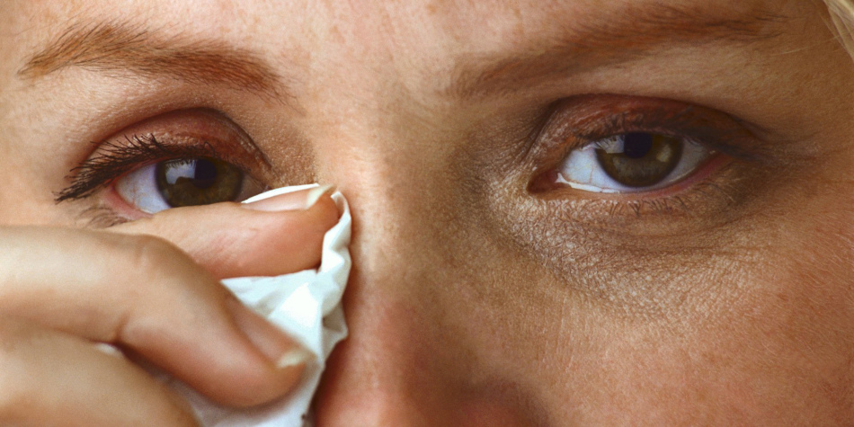 Причины, почему слезятся глаза у взрослых, лечение патологии