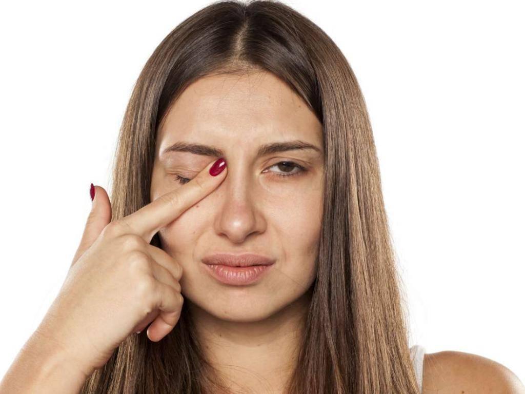 Почему дергается правый глаз