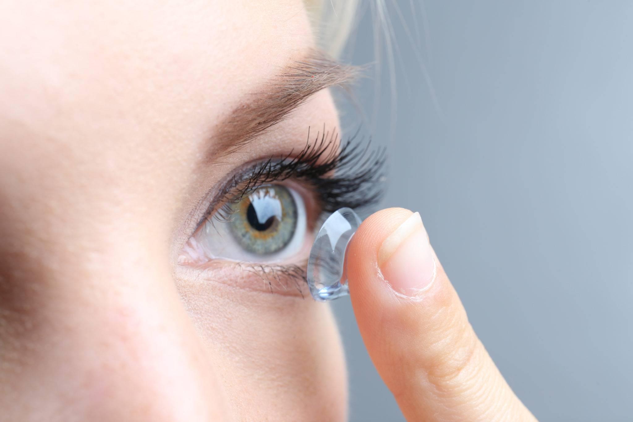 Не можете надеть линзы: как быть, если моргаете и глаза закрываются, почему еще не получается установить и что с этим делать?