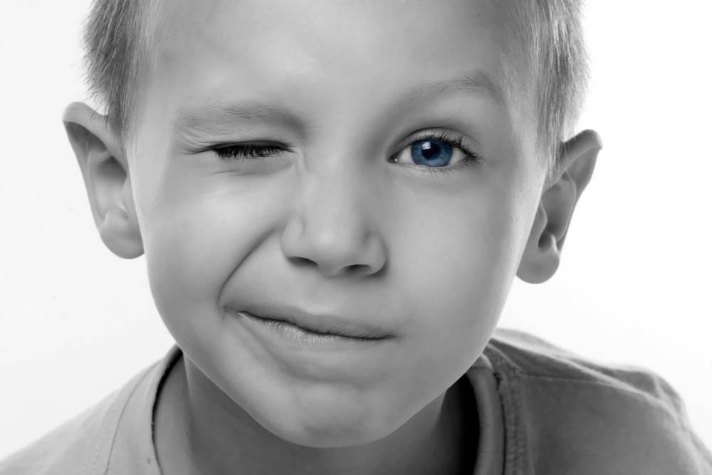 Ребенок прищуривается на один глаз - медицинский справочник