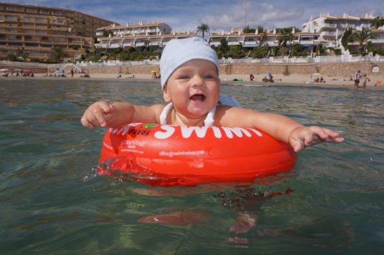 Можно ли в линзах купаться, разрешено ли плавать в море в контактных оптических изделиях