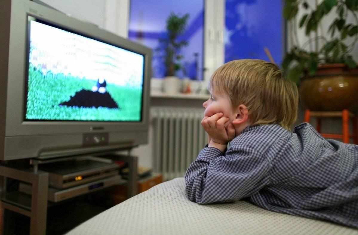 Как телевизор влияет на ребенка, сколько можно ли детям смотреть телевизор