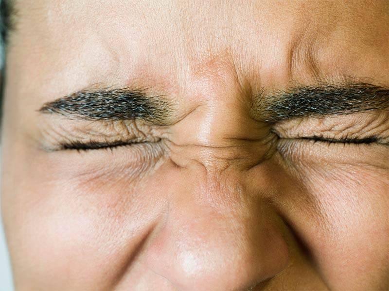 Ребенок 2 года щурит один глаз