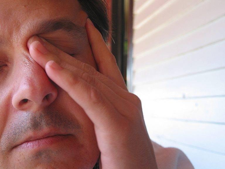 При каких заболеваниях болит между бровями