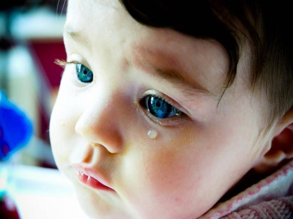 Слезится глаз у грудничка 3 месяца: что делать, если у месячного ребенка слезы, мнение доктора комаровского
