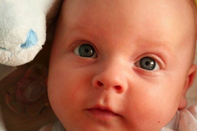 У ребенка красный глаз и слезится: что это значит и как действовать в этой ситуации?