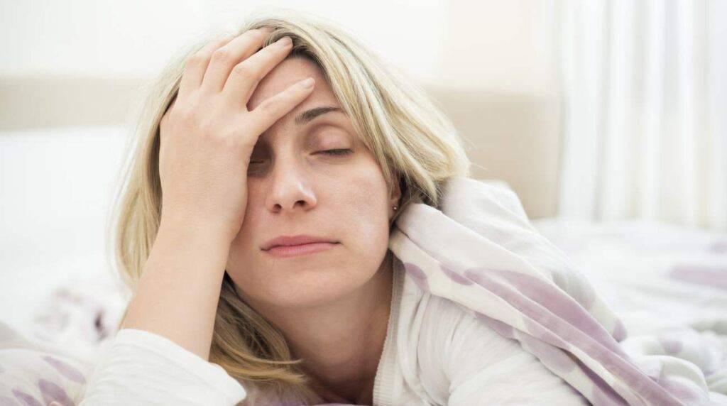 Красные глаза после сна: причины, почему краснеют белки глаз утром
