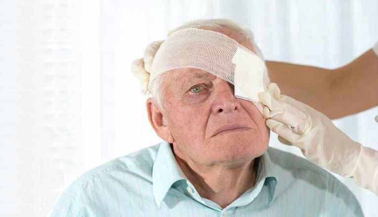 Какие могут возникнуть осложнения после операции по замене хрусталика глаза?
