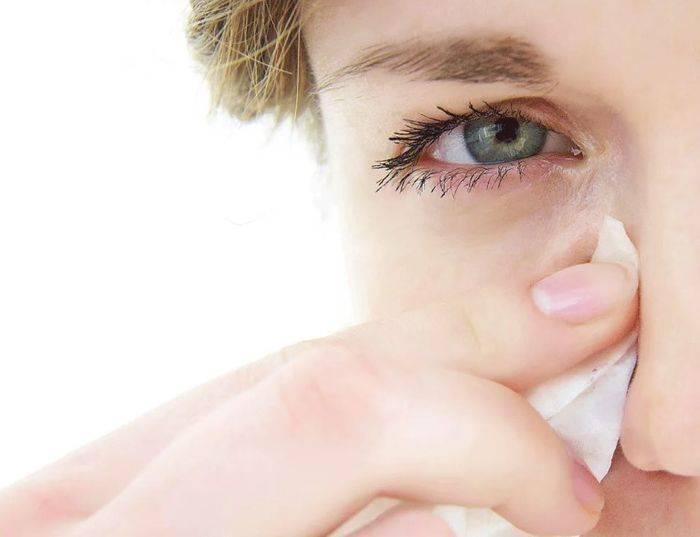 Глаза чешутся: причины у взрослого и ребенка, лечение в домашних условиях (народные средства, мази, капли), сопутствующие симптомы (зуд в области ресниц или изнутри, жжение, отек, слезы)