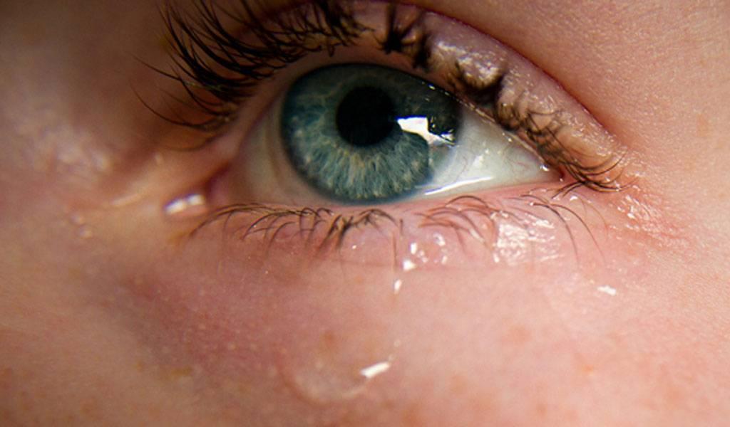Почему слезятся глаза на улице