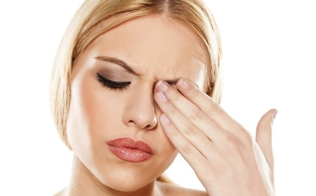 Слезится правый глаз и болит бровь