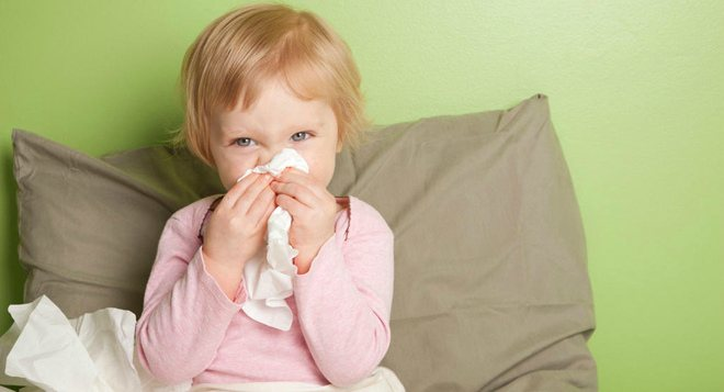 У ребенка слезятся глаза и насморк, в чем может быть причина?