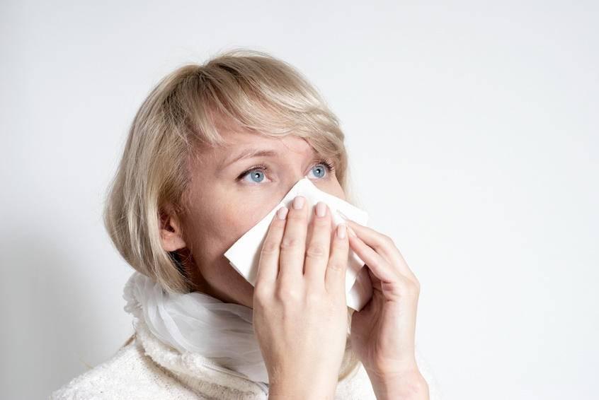 Почему слезятся глаза и насморк — что делать, как лечить?