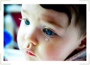 Слезится глаз у ребенка - что делать?