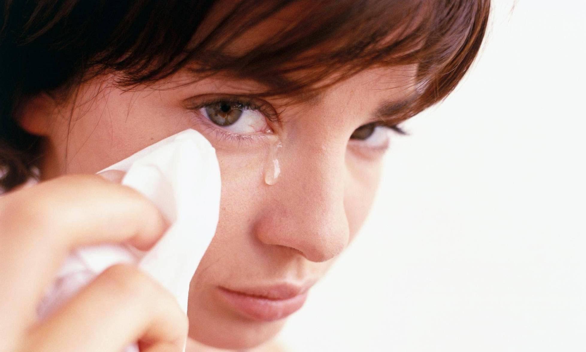 Как спастись от столь неприятных симптомов? если постоянно слезится один глаз: что делать