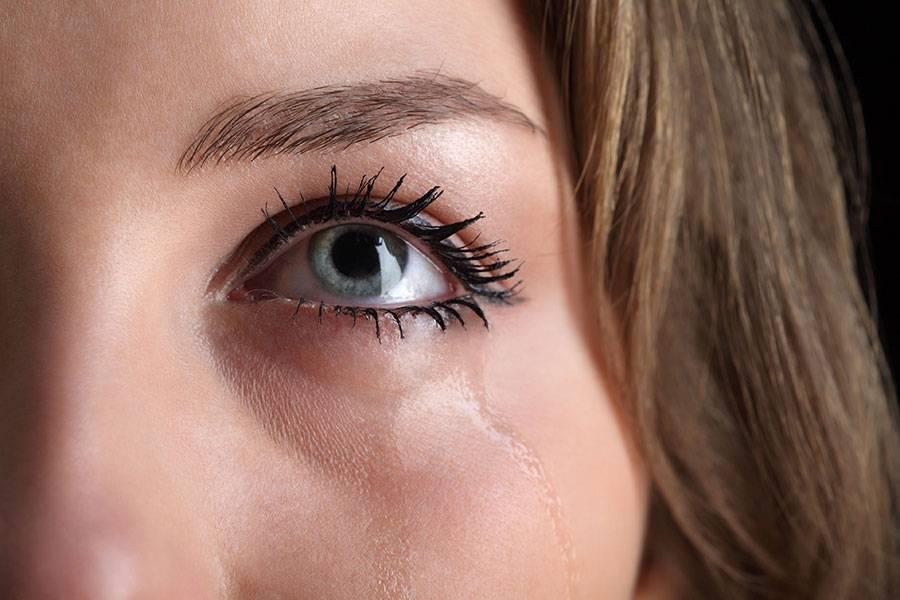 Слезятся глаза: причины и лечение у взрослых, детей, что делать при слезоточивости (капли, мази, народные средства)