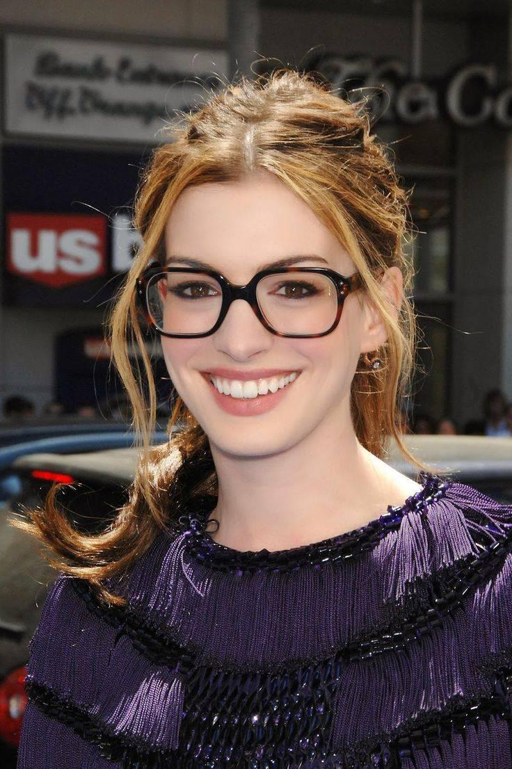 10 знаменитостей россии, которые носят очки из-за проблем со зрением