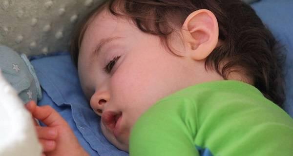 Ребенок закатывает глаза вверх и в стороны