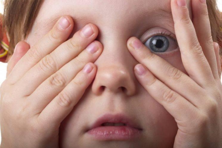 Ребенок моргает глазами когда нервничает. ребёнок сильно моргает.