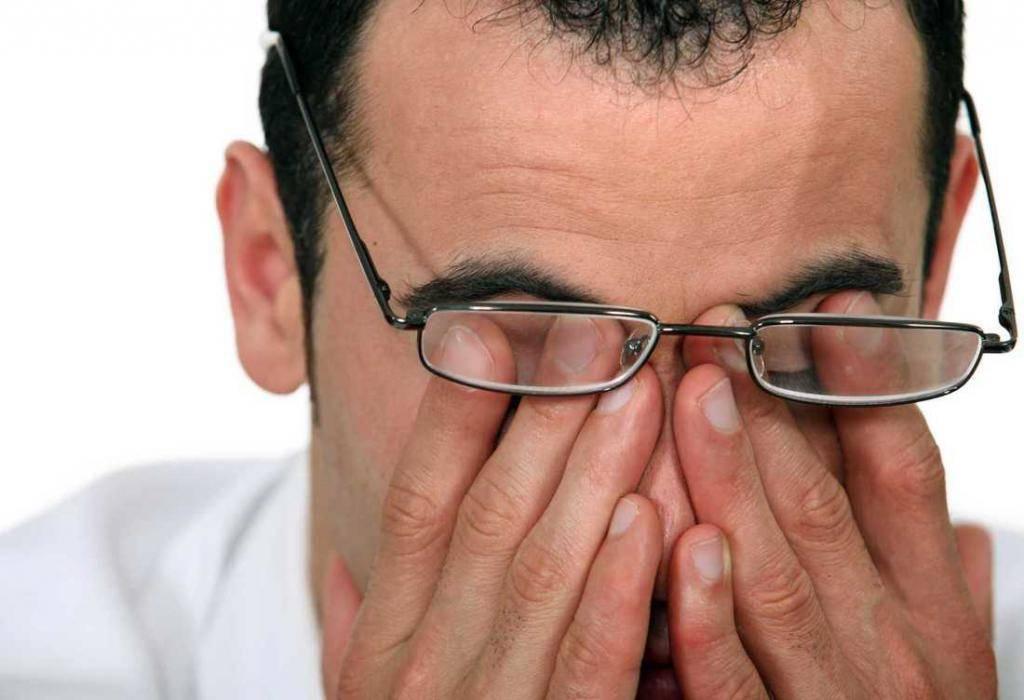 Пропадает зрение на одном глазу и болит голова