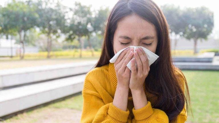 При простуде слезятся глаза: причины, что делать и как их остановить