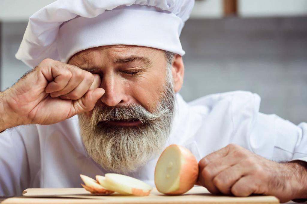 Почему от лука слезятся глаза и как не плакать, когда режешь лук: причины, что делать, способы нарезки без слез и щипания