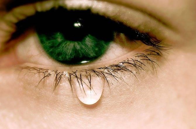 Почему слезится один глаз: причины и правильное лечение