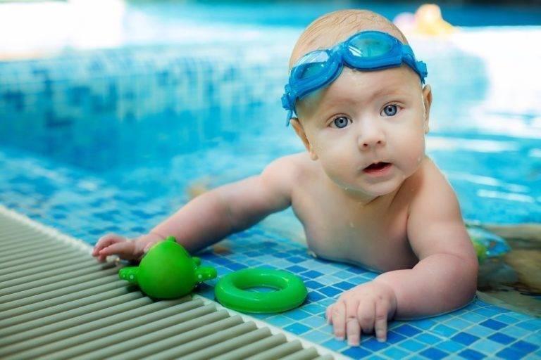 Можно ли купать ребенка при конъюнктивите: когда можно мыть голову и принимать ванну