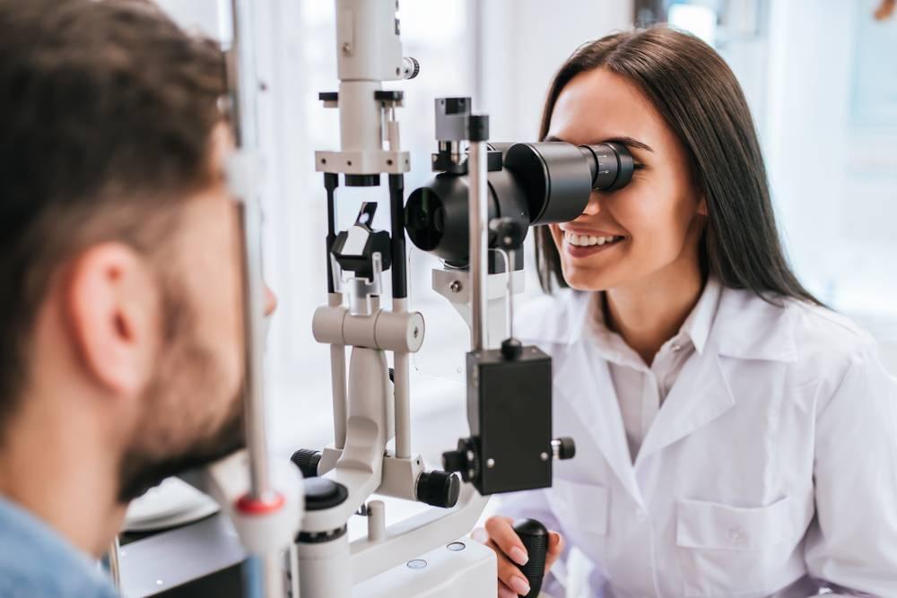 """Врач окулист (офтальмолог) - кто это и что лечит? - """"здоровое око"""""""