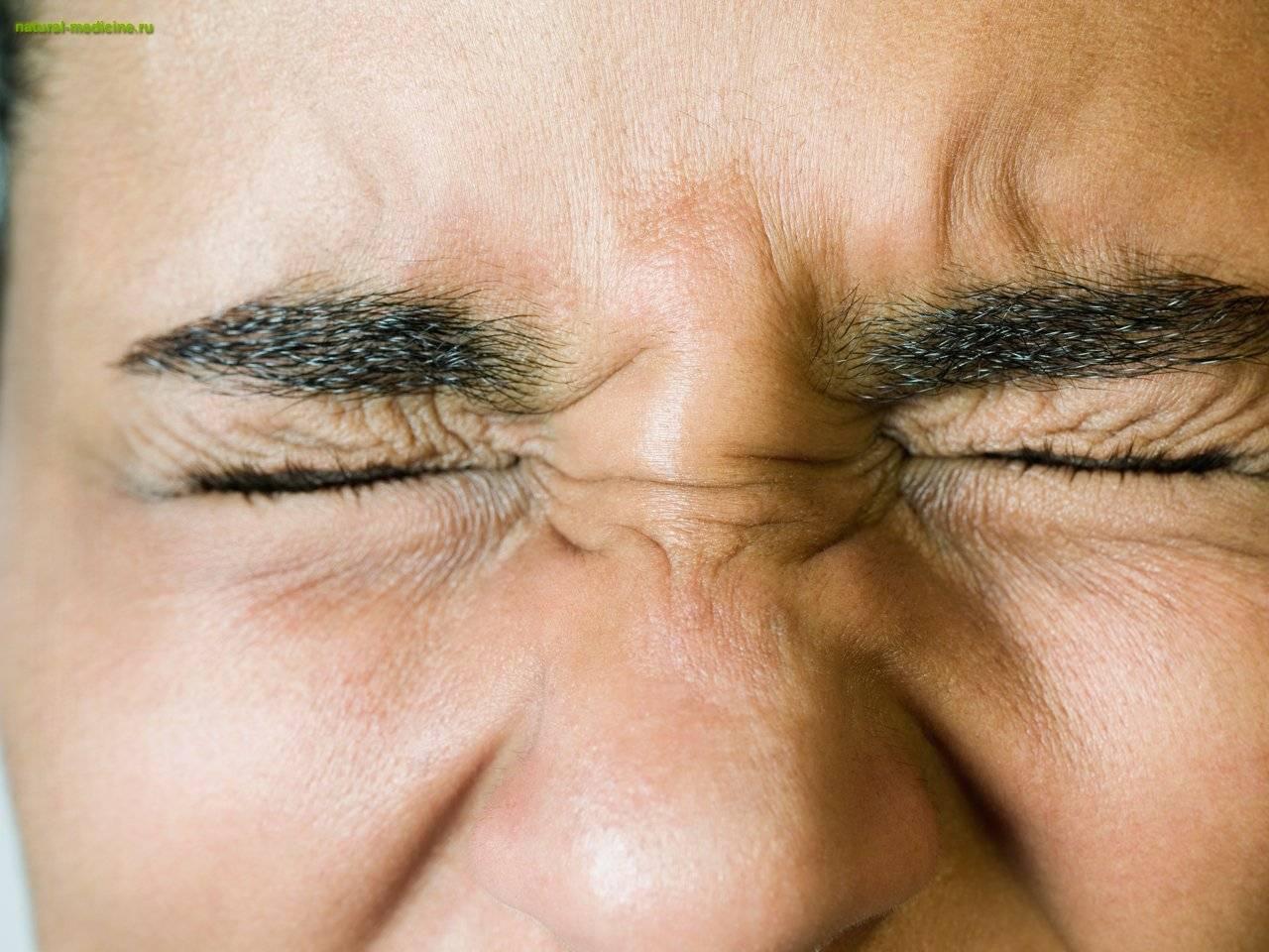 Дергается глаз верхнее веко: причины, симптомы и лечение народными средствами в домашних условиях