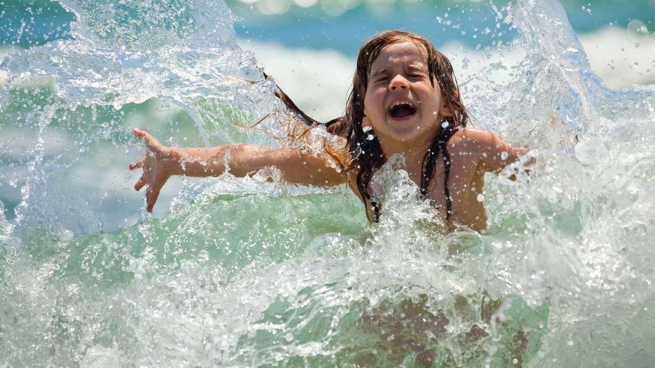 Можно ли купаться в контактных линзах без последствий