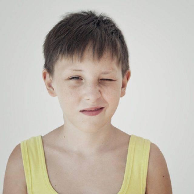Ребенок в школе начал щурится. когда ребенок щурит глаза. красный глаз у ребенка: капли и другие медикаменты