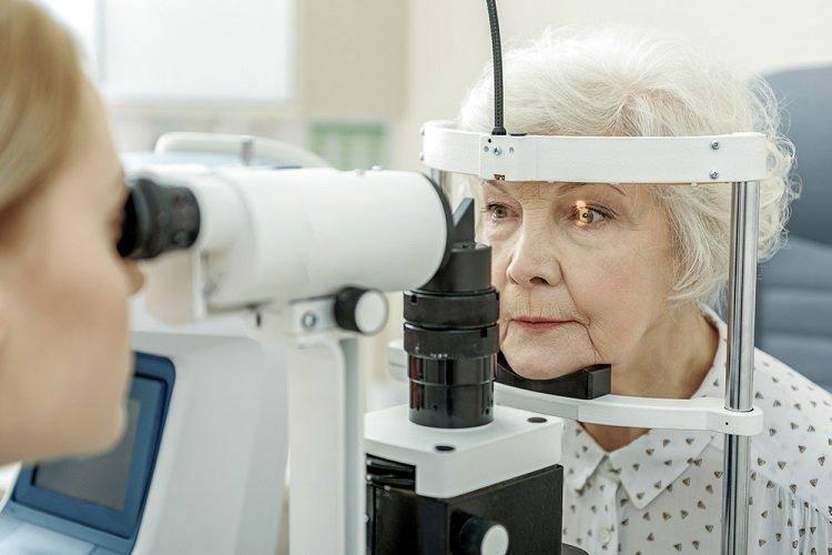 Лечение глаукомы у пожилых людей: медикаментозные и народные способы