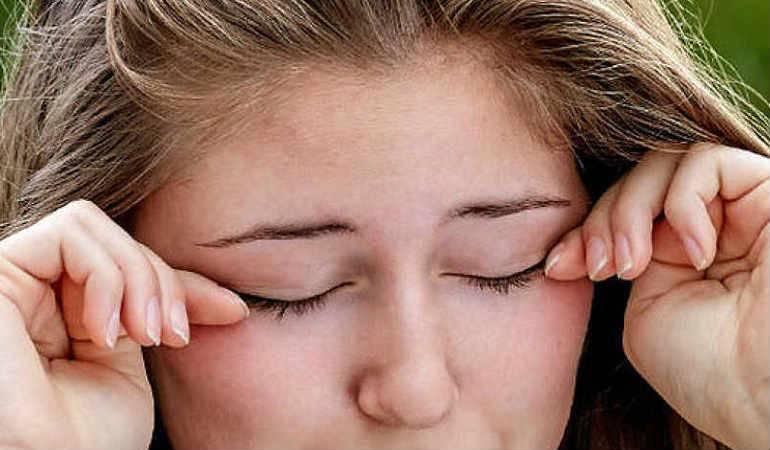 Песок в глазах, что это значит? лечение каплями и народными средствами
