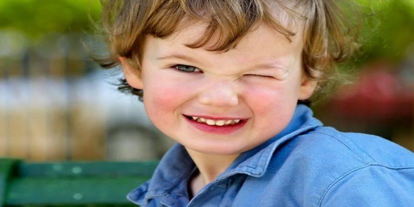 Ребенок часто моргает глазами: причины