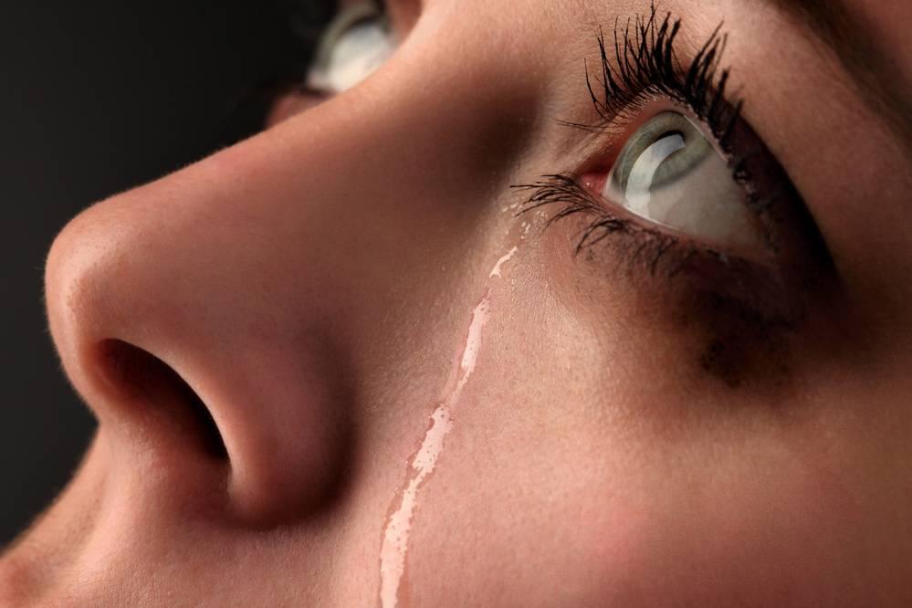 Почему при ярком свете слезятся глаза
