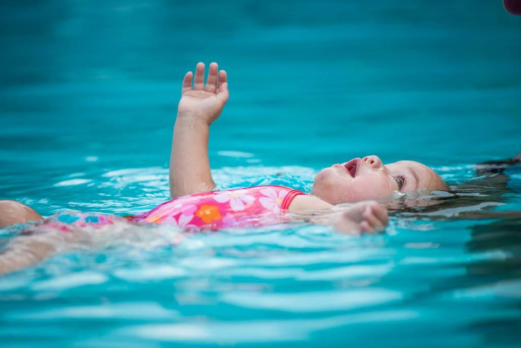 Можно ли купаться в линзах: в море, бассейне, душе, речке или почему нельзя