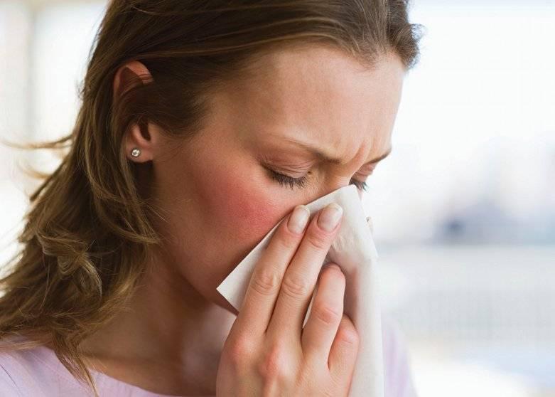 Слезятся глаза и насморк — чем лечить недуг?