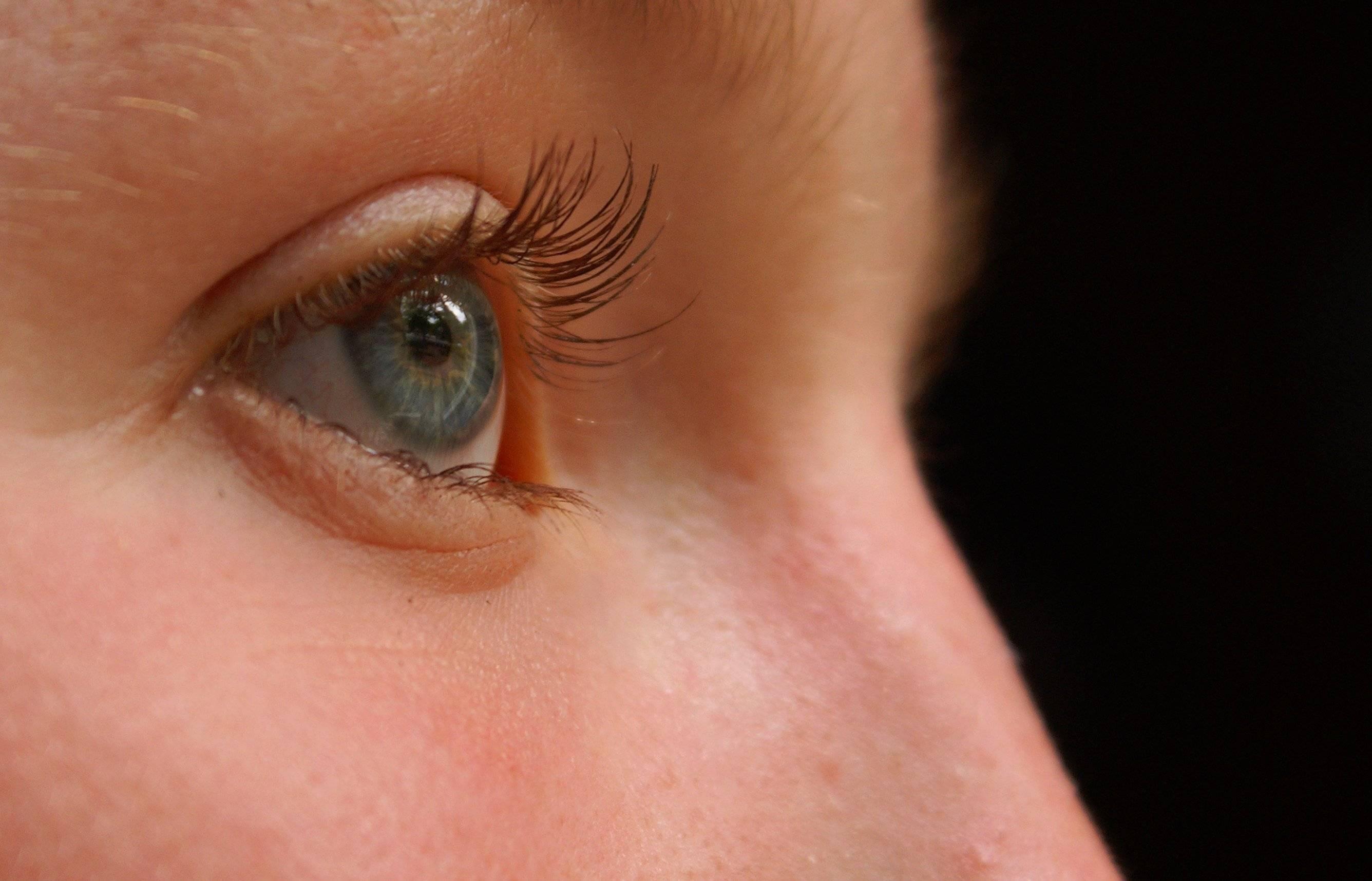 Глаза слезятся ночью во сне, почему устают от компьютера, света, линз, крема для лица, после бани, без причины, что делать