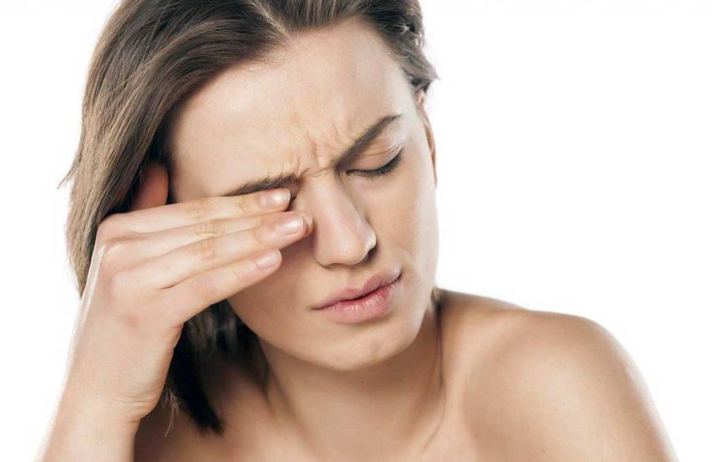Почему дергается веко глаза: симптомы, причины и лечение - sammedic.ru
