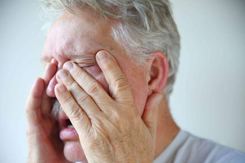 Слезотечение у пожилых людей: лечение и симптомы