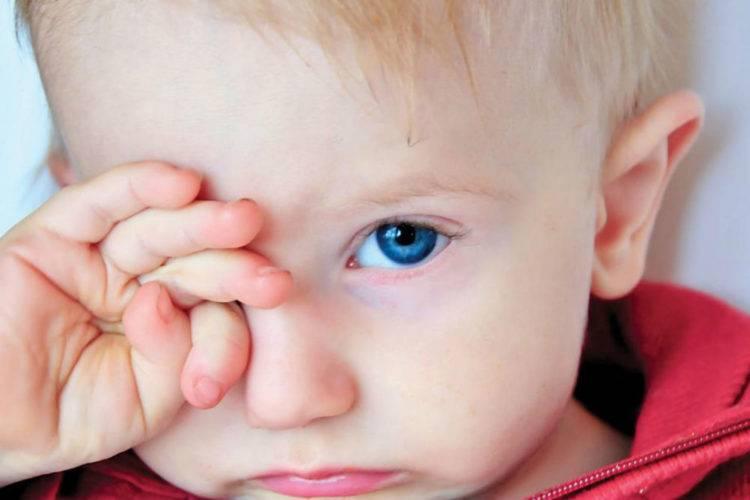 Почему слезится глаз у грудничка в 2 месяца? возможные причины и последствия