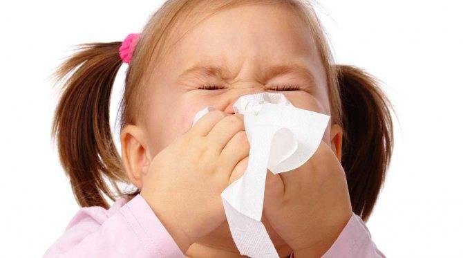 У ребенка насморк и гноятся глаза: причины и лечение