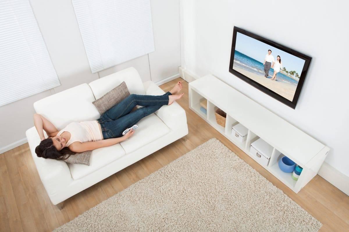 Почему нельзя смотреть телевизор лежа?