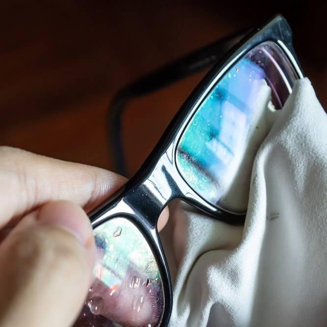 Чем протирать очки - как почистить без разводов