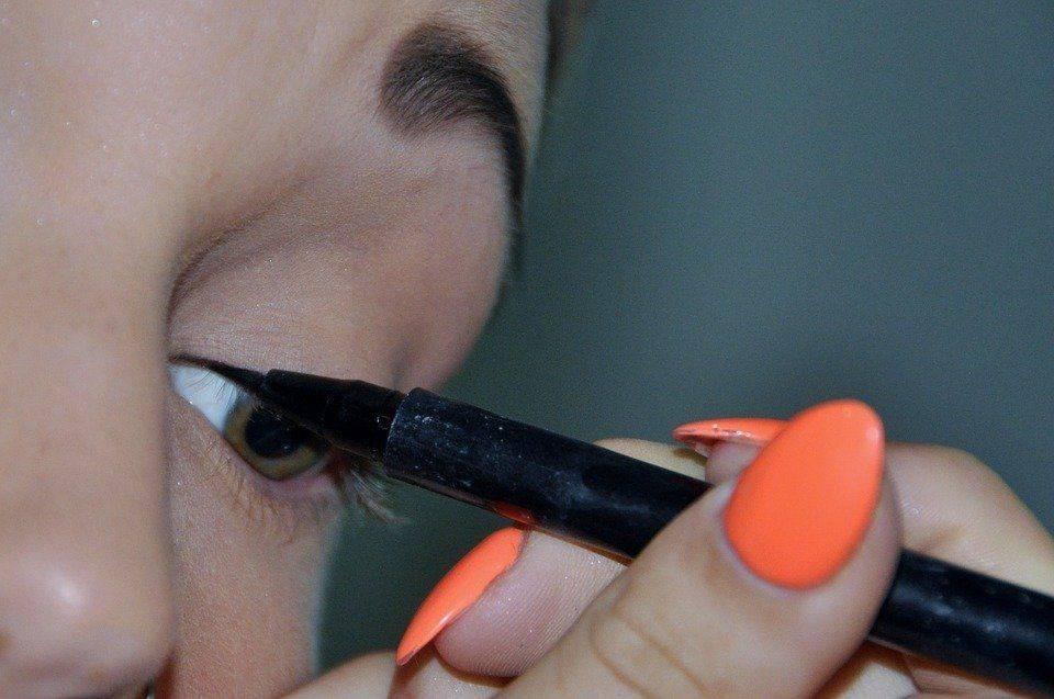 Применение некачественных косметических средств может стать причиной возникновения прыщей на веках
