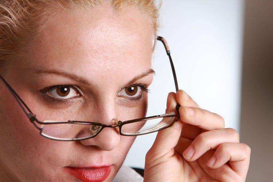 Девушка выбирает очки по форме лица