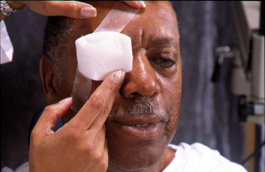 Пациент после энуклеации глаза